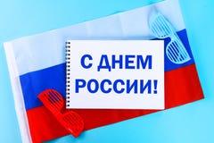 Die Aufschrift ist am 12. Juni, der Tag von Russland Trikolore der Flagge von Russland Lizenzfreies Stockfoto
