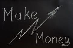 Die Aufschrift ist weiße Kreide auf einer Tafel: verdienen Sie Geld Stockbild