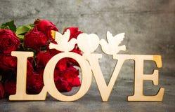 Die Aufschrift Liebe geschnitzt aus Holz heraus stockfoto