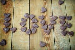 Die Aufschriftliebe von Plätzchen in Form der Herzen vorgewählt Stockbilder