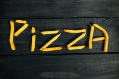 Die Aufschriftpizza gemacht von den Pommes-Frites stockfoto