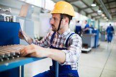 Die Aufsichtskraft, die Qualitätskontrolle tun und das pruduction überprüfen herein Fabrik stockfotos