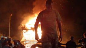 Die Aufstände in der Stadt, Feuer Leute brechen das Auto stock footage