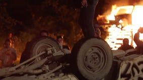 Die Aufstände in der Stadt, Feuer Leute brechen das Auto stock video footage
