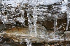 Die Auftaueneiszapfen mit fallenden Wasser fallen in die Berge Stockfotos