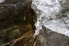 Die Auftaueneiszapfen mit fallenden Wasser fallen in die Berge Lizenzfreie Stockfotografie