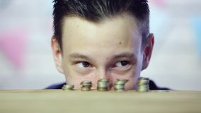 Die Augen des Mannes betrachten die Münzen Schlaue Augen Abschluss oben stock video