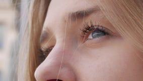 Die Augen eines jungen Mädchens stock video footage