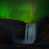 Die Aurora über Skogafoss von Island Stockbild
