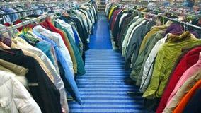 Die aus zweiter Hand Kleidung im Markt Stockfotografie