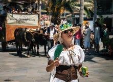 Die ausdrucksvolle Frau feiert den Tag der Kanarischen Inseln lizenzfreie stockbilder