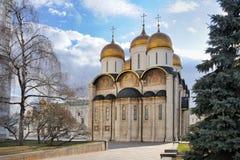 Die ausgezeichnete Annahme-Kathedrale gestaltet durch Bäume in Moskau K lizenzfreie stockfotos
