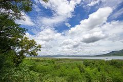 Die ausgezeichneten Ansichten von Lam Takhong-Reservoir gesehen von Thao Suranari parken, Verbot Nong Sarai, Pak Chong, Nakhon Ra Lizenzfreie Stockbilder