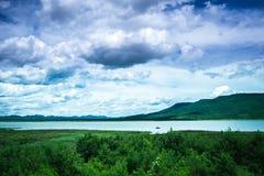 Die ausgezeichneten Ansichten von Lam Takhong-Reservoir gesehen von Thao Suranari parken, Verbot Nong Sarai, Pak Chong, Nakhon Ra Stockfotos