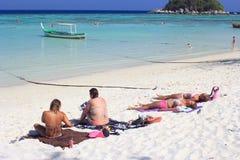 Die Ausländer, die auf Sonnenaufgang ein Sonnenbad nehmen, setzen in Lipe-Insel auf den Strand Lizenzfreies Stockbild