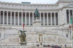 Die ausländischen Touristen, die auf den Ausflug schlendern und machen Fotos nahe dem Vittoriano-Monument auf Marktplatz Venezia  Lizenzfreie Stockfotografie