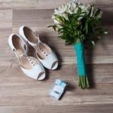 Die Ausrüstung der Braut mit Blumenstrauß Stockfotografie