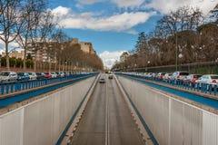 Die Aussicht der Straße mit einem Abfall in den Tunnel in Madrid Stockfotos