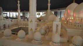 Die Ausstellung von Modellen Sheikh Zayed Grand Mosque gemacht von Lego bessert in Miniland Legoland an Dubai-Parks und -erholung stock video footage