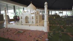 Die Ausstellung von Modellen Taj Mahal gemacht von Lego bessert in Miniland Legoland Video an der Gesamtlänge Dubai-Parks und -er stock video footage