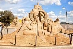 Die Ausstellung von Sandskulpturen Skulptur-Klinge und das Kreuz Stockfoto