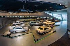 Die Ausstellungshalle mit den Autos der sechziger Jahre und der 70. Jahre des 20. Jahrhunderts Lizenzfreies Stockfoto