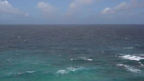 Die Auswirkung der Wellen auf die Klippen oder die Küstenlinie stock video