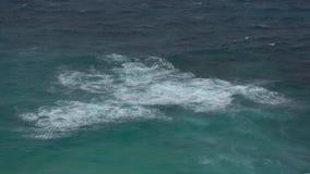 Die Auswirkung der Wellen auf die Klippen oder die Küstenlinie stock video footage