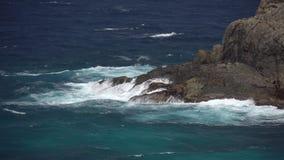 Die Auswirkung der Wellen auf die Klippen oder die Küstenlinie 6 stock footage