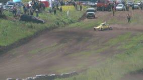 Die autocross Die Meisterschaftsrennen auf einer schwierigen Bahn stock video