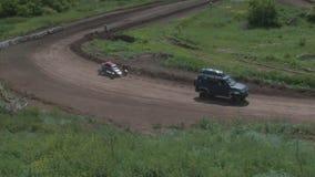 Die autocross Die Meisterschaftsrennen auf einer schwierigen Bahn stock footage