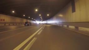 Die Autodurchläufe durch den Tunnel stock video footage