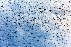 Die Autohaube, die im kleinen Wasser bedeckt wird, lässt Makro fallen stockfotos