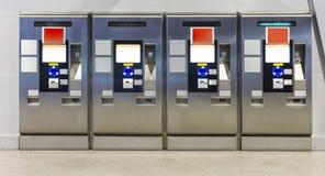 Die automatischen Bahnfahrkarteverkäufermaschinen stehen allein Stockfoto