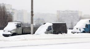 Die Automobile unter Schnee Stockfotografie
