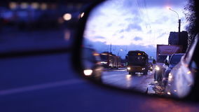Die Autos bewegen sich morgens vom Tag, reflektiert im Spiegel eines anderen Autos stock footage
