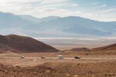 Die Autos in der Wüste von Death Valley stockfotografie