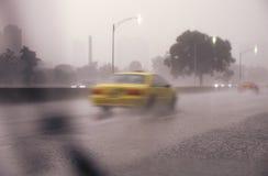 Die Autos, die durch ein Gewitter und einen Verkehr auf See-Ufer reisen, fahren in Chicago, Illinois Stockfotografie