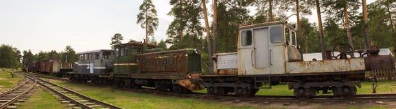 Die Autos und die Lokomotive sind in einem verlassenen Depot der Feldbahnen Pereslavl-Zalessky Russland Lizenzfreies Stockbild