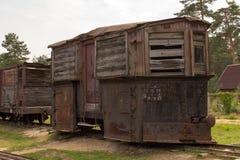 Die Autos und die Lokomotive sind in einem verlassenen Depot der Feldbahnen Pereslavl-Zalessky Russland Stockbilder