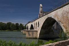 Die Avignon-Brücke und der Fluss Rhône Stockfotos