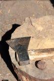 Die Axt liegt auf einer hölzernen Plattform stockfotos