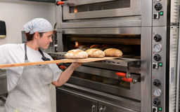 Die Bäcker, die handgemachte Brotlaibe in einer Familienbäckerei formt den Teig in tradional machen, formt in Sofia, Bulgarien im Lizenzfreie Stockfotos