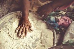 Die Bäckerdame im souq Stockfotografie