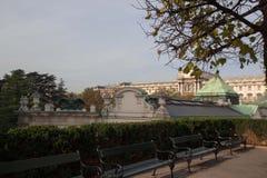 Die Bänke vor der Nationalbibliothek von Österreich in Wien Lizenzfreie Stockfotografie