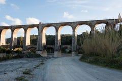 Die Bögen der Brücke stockbild