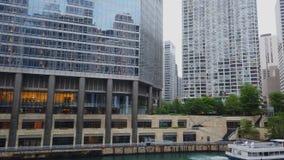 Die Bürogebäude bei Chicago River - CHICAGO, USA - 12. JUNI 2019 stock video footage