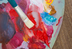 Die Bürste und die Palette von Farben Lizenzfreie Stockfotografie