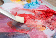 Die Bürste und die Palette von Farben Lizenzfreie Stockfotos
