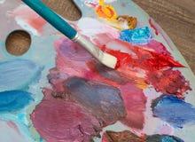 Die Bürste und die Palette von Farben Lizenzfreie Stockbilder